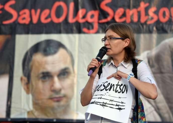 Natalia Kaplan, la cousine d'Oleg Sentsov, prend la parole lors d'un rassemblement en soutien au cinéaste ukrainien incarcéré, à Kiev, le 13 juillet.
