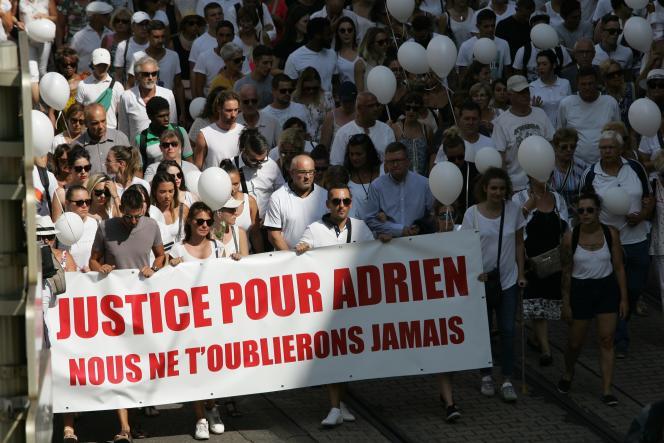 Marche blanche en hommage à Adrien, le 8 août, à Grenoble.