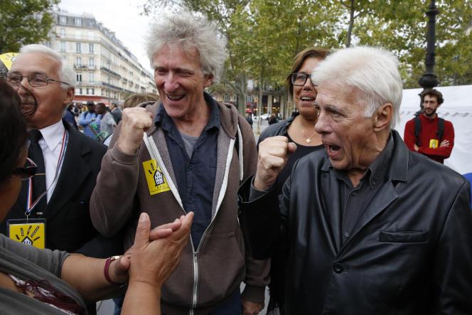 L'humoriste, en compagnie du président de l'association Droit au logement,Jean-Baptiste Eyraud, lors d'une manifestation, à Paris, en 2015.