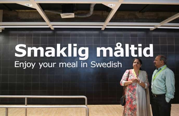 Des invités attendent près du restaurant du nouveau magasin Ikea, à la veille de son ouverture, à Hyderabad, le 8 août.