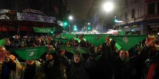 Des militants du mouvement pour le droit à l'avortement manifestant aux abords du Congrès, le 9 oût 2018 à Buenos Aires, après que les sénateurs ont rejeté un projet de loi visant à légaliser l'IVG.