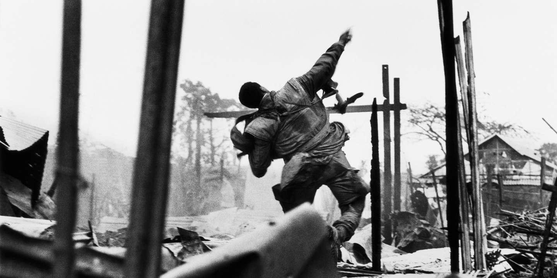 Marine américain lançant une grenade quelques secondes avant d'être blessé à la main gauche par un tir, offensive du Têt, sud Vietnam, février 1968.© Don McCullin/Contact Press Images