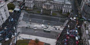 Les militants des deux parties, séparés par des barrières de sécurité, devant le Parlement, à Buenos Aires, le 8août.