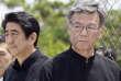 Takeshi Onaga (à droite), avec le premier ministre japonais Shinzo Abe, en juin 2015, à Itoman, sur l'île d'Okinawa.