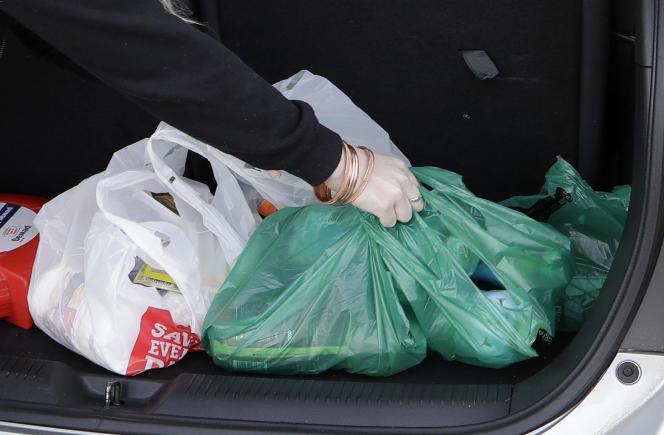 Des sacs en matière plastique dans un coffre sur le parking d'un supermarché à Christchurch, en Nouvelle-Zélande, le 10 août.