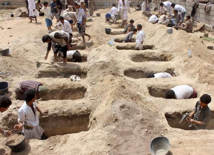 Des Yéménites creusent les tombes pour les 29 enfants victimes de l'attaque qui a fait des dizaines de morts, à Dahyan (Yémen), le 10 août.