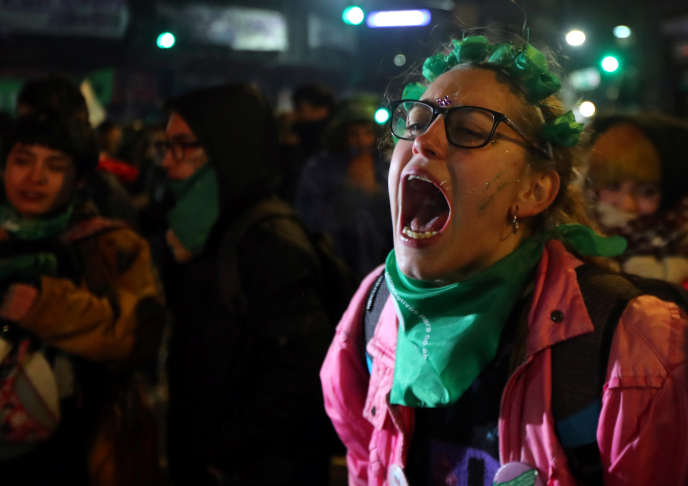 Dans la nuit du 8 au 9 août 2018, devant le Congrès de Buenos Aires, une femme réagit au rejet par le Sénatde la légalisation de l'avortement.
