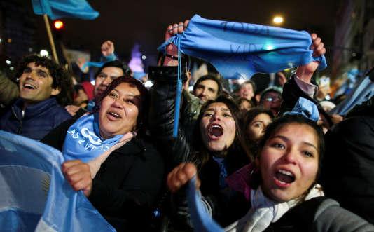 Des militants anti-avortement se réjouissent du rejet par le Sénat argentin de la loi légalisant l'interruption de grossesse, à Buenos Aires, le 9 août.