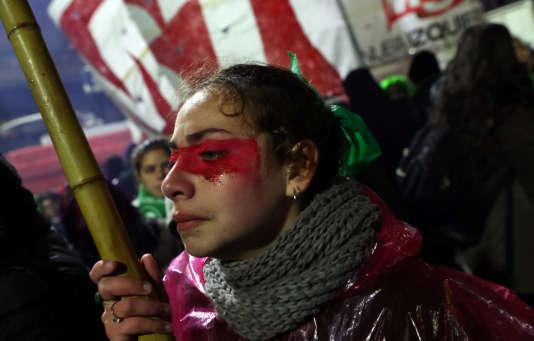 Une militante prochoix quitte la place du Congrès, après le vote des sénateurs rejetant la loi autorisant l'avortement, à BuenosAires, le 9 août.