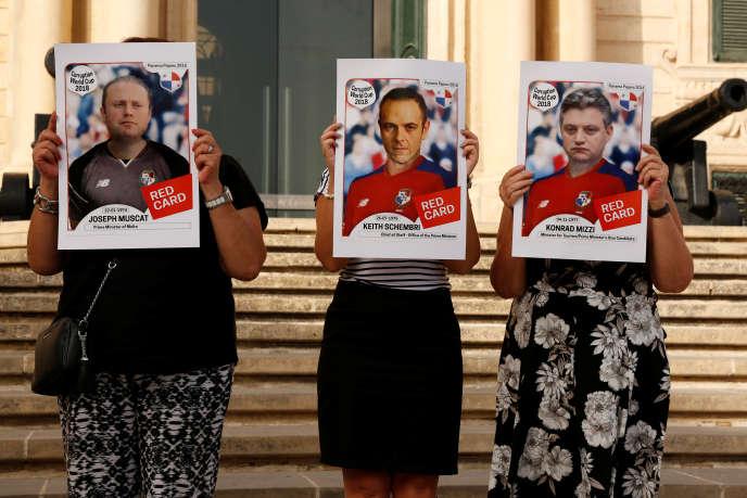 Le 16 juillet, à La Valette, desmanifestants anti-gouvernementaux brandissent des portraits du premier ministre Joseph Muscat, de son chef de cabinet Keith Schembri, et du ministre du tourisme Konrad Mizzi, barrés d'un « carton rouge».