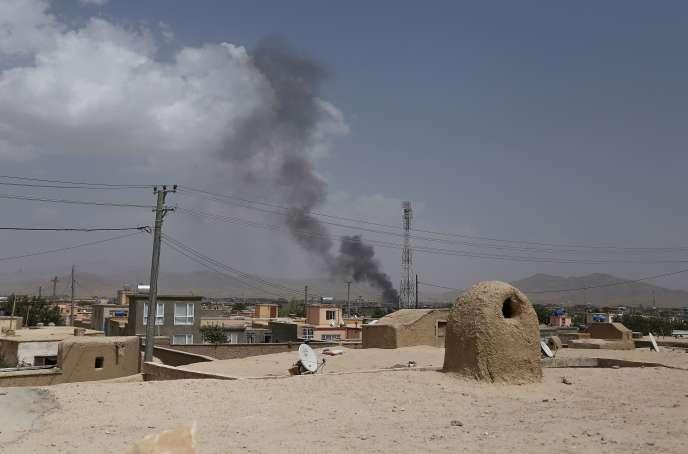 De la fumée s'élève sur Ghazni après une attaques des talibans, le 10 août.