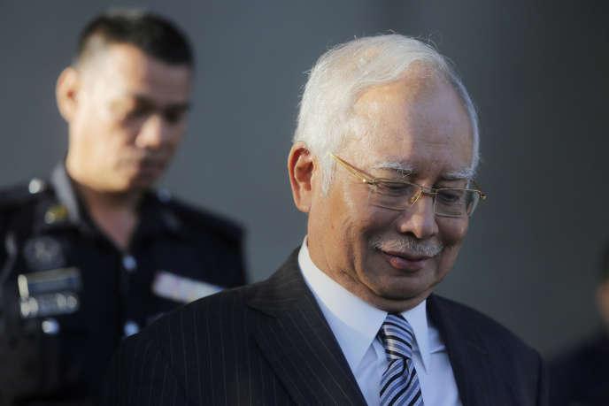 Najib Razak quitte la Haute Cour de justice, à Kuala Lumpur, le 10 août.