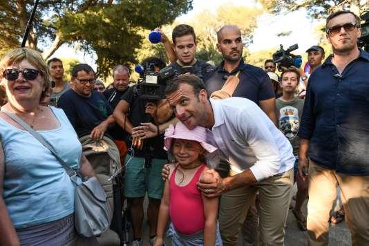Emmanuel Macron lors d'un «bain de foule» de 15 minutes, à Bormes-les-Mimosas (Var), le 7août.