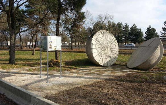 Sur l'A10, l'aire de Maillé abrite un monument dédié à la mémoire de la population du village massacrée le 25 août 1944.