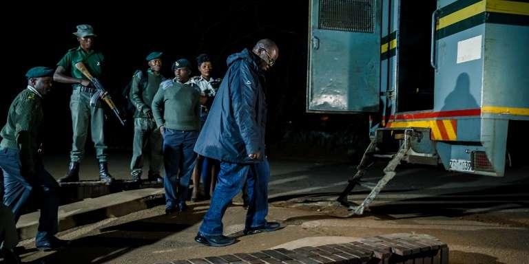 L'opposant zimbabwéen Tendai Biti entouré de policiers devant le tribunal de Harare, le 9août 2018.