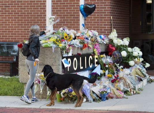 Un hommage aux victimes de la fusillade qui a fait 4 morts à Fredericton, vendredi 10 août.