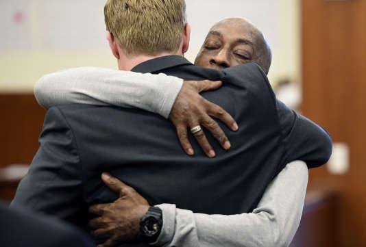 Dewayne Johnson et son avocat après l'annonce de la condamnation de Monsanto par le tribunal de San Francisco, le 10 août.