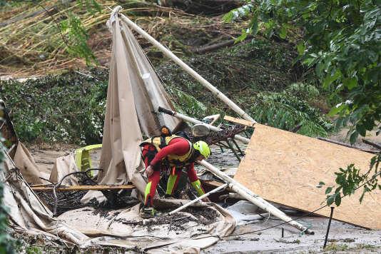 Un sapeur pompier sur le camping de la colonie de vacances dévasté par l'inondation, à Saint-Julien-de-Peyrolas (Gard), le 9 août.