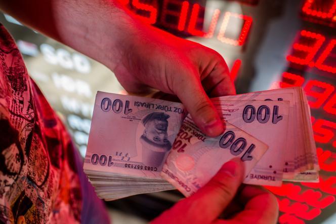 Dans un bureau de change à Ankara, le 8 août.Depuis le début de l'année, la livre turque a perdu 40% de sa valeur.