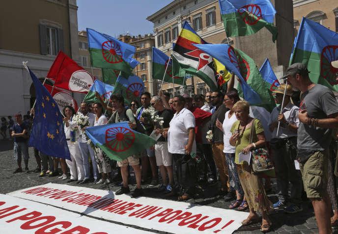 Manifestation de la communauté rom devant le Parlement italien, à Rome, le 2 août.