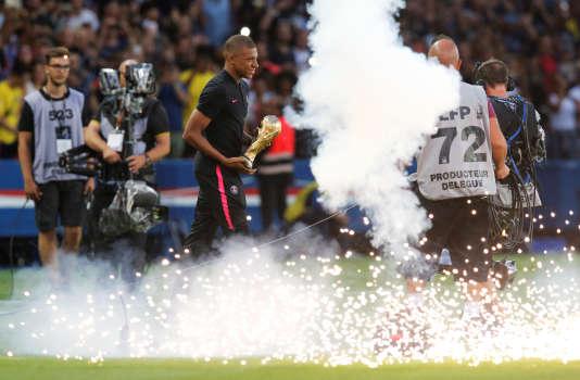 Lors du premier match de la saison, le PSG a offert à Mbappé et ses coéquipiers champions du monde une présentation de la Coupe du monde en avant-match.