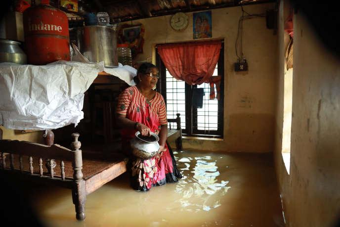 Une femme dans sa maison de Cochin, plus grande agglomération de l'Etat du Kerala, le 10 août.