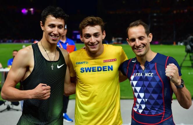 Renaud Lavillenie (à droite) est médaillé de bronze des championnats d'Europe, devancé par le Suédois Armand Duplantis et le Russe Timur Morgunov.