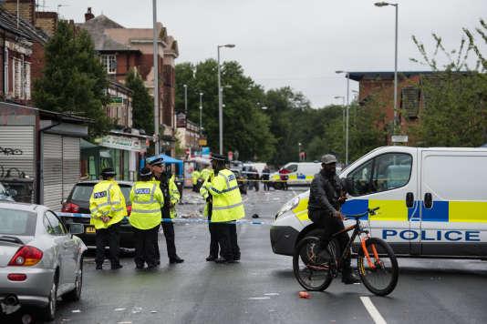 Des officiers de police à Claremont Road, dans le quartier de Moss Side à Manchester, le 12 août.