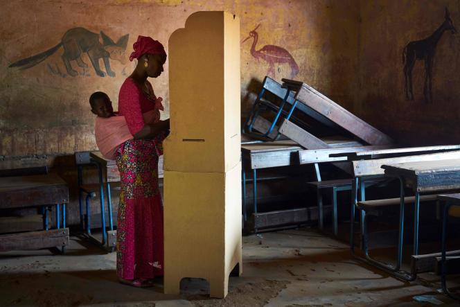 Une femme vote, à Bamako, le 12 août.