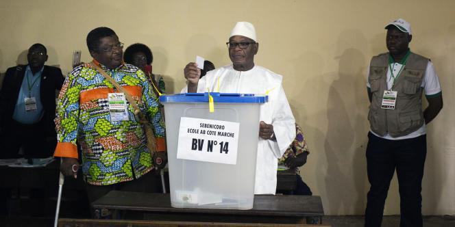 Le président Ibrahim Boubacar Keïta, candidat à sa réélection, met son bulletin dans l'urne lors du second tour du scrutin, dimanche 12 août 2018, à Bamako.