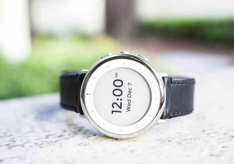 <b>C'est quoi ? </b>Un bracelet connecté, doté d'un écran e-ink et d'une longue autonomie, conçu pour surveiller divers paramètres de santé (rythme cardiaque, pression artérielle...). <br><b>Où en est l'idée ? </b>Les premiers prototypes stables sont sortis en 2017, pour être notamment utilisés dans le projet Baseline Study. Entre-temps, Android comme iOS ont inclus des fonctionnalités, plus limitées, de mesure de données de santé, qui fonctionnent notamment avec les montres connectées compatibles.