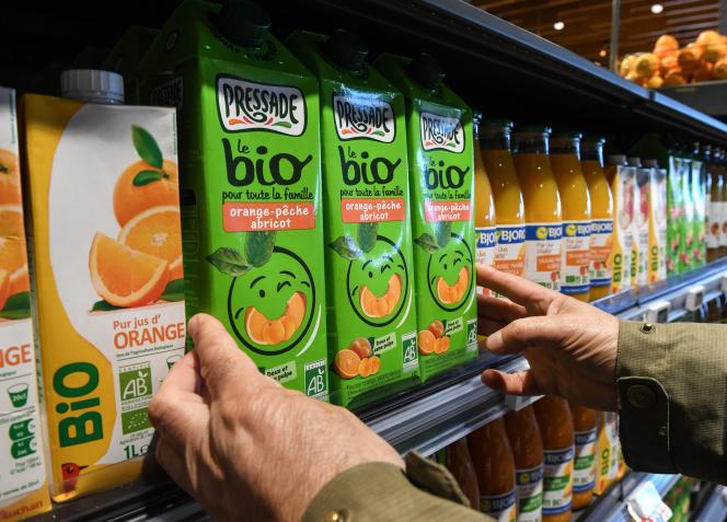 Des boissons bio, dans supermaché Auchan, à Lille, le 7 novembre 2017.