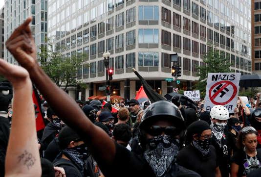 Manifestants antifascistes au centre-ville de Washington, le 12 août.