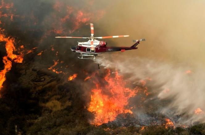 Un hélicoptère bombardier d'eau au dessus du Holy Fire à Lake Elsinore (Californie), le 11 août.