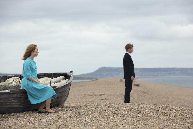Billy Howle et Saoirse Ronan dans « Sur la plage de Chesil » (« On Chesil Beach »), de Dominic Cooke.