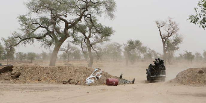 Des soldats camerounais dans la localité d'Achigachia, dans le nord du pays, en mars 2016.
