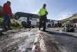 Un officier de police à proximité du bus colombien accidenté dans la ville de Pifo, en Equateur, le 14août.