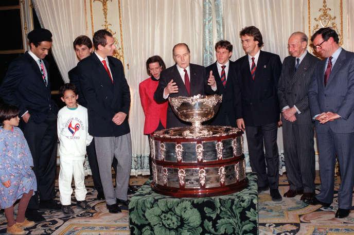François Mitterrand félicite les vainqueurs de la Coupe Davis1991: Arnaud Boetsch, Guy Forget, Olivier Delaitre et Henri Leconte et leur capitaine, Yannick Noah, lors d'une réception à l'Elysée, le 6décembre 1991. A droite, Philippe Chatrier, président de la Fédération internationale de tennis, et Jean Borotra, l'un des