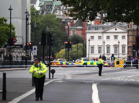 La police a été déployée près du Parlement, à Londres, après qu'une voiture a foncé devant le bâtiment le 14 août.