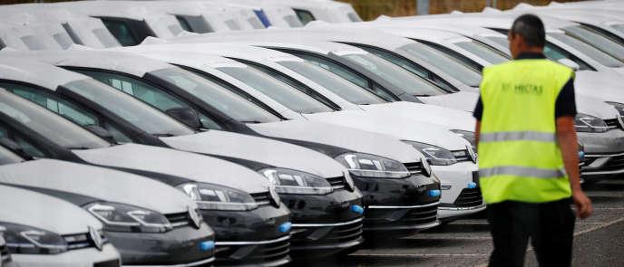 En attendant de recevoir l'homologation pour ses nouveaux véhicules, Volkswagen utilisel'aéroport fantôme de Berlin comme immense parking.