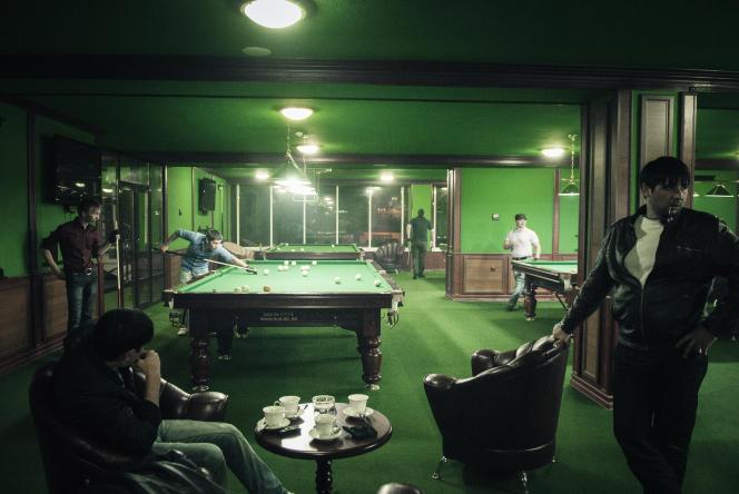 «Des hommes jouent au billard» (2010). Les hommes sortent en général sans femmes, qui ne sont pas encouragées à avoir une vie sociale.