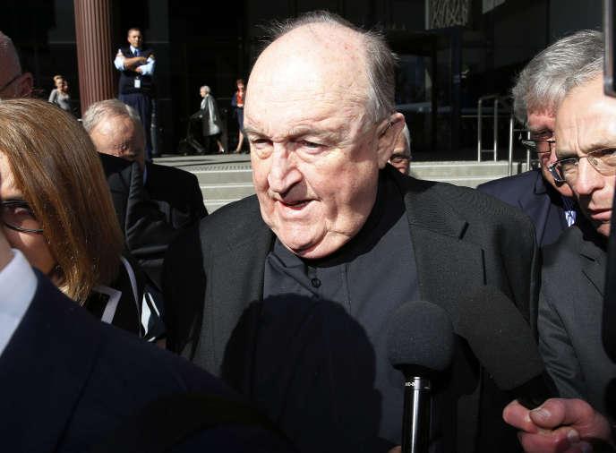 L'ancien archevêque Philip Wilson, à la sortie du tribunal de Newcastle, en Australie, le 14 août.