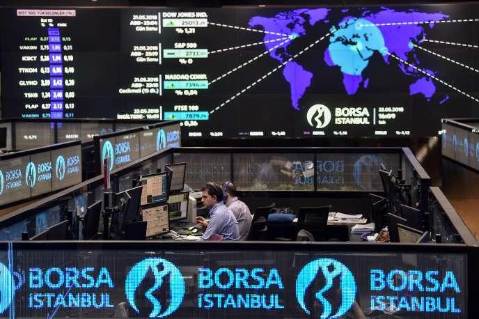 Des traders à la Bourse d'Istanbul, en mai.