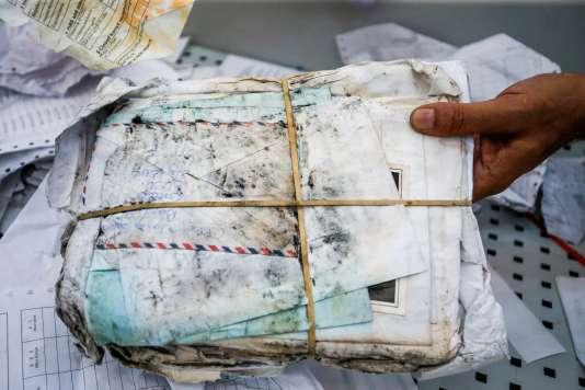Un des tas de courriers destiné à des Palestiniens, bloqué pendant huit ans en Jordanie par les autorités israéliennes, à Jéricho (Israël), le 14 août.