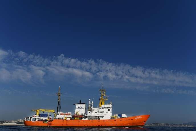 Le navire humanitaire «Aquarius», au moment de son départ de Marseille après une escale technique d'un mois, le 1er août.