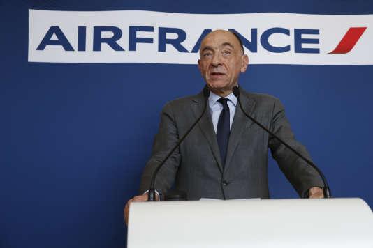 Le PDG d'Air France-KLM, Jean-Marc Janaillac, annonce sa démission lors d'une conférence de presse à Paris, le 4 mai.