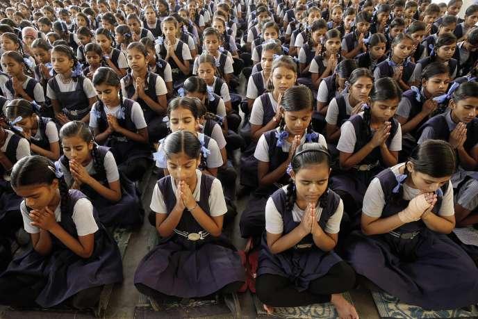 Séance de méditation collective dans le cadre de la classe du bonheur, àVrindavan, dans la province de l'Uttar Pradesh (Inde).