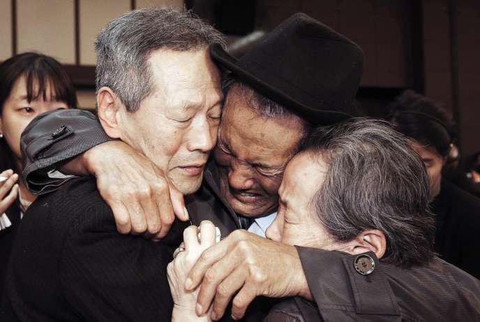 Les adieux entre un Nord-Coréen (au centre), et sa famille du Sud, lors des retrouvailles organisées en octobre 2015 en Corée du Nord.