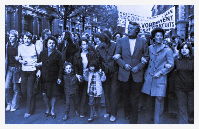 Une manifestation en faveur du droit à l'avortement réunit de nombreux militants, le 11 mai 1973, dans les rues de Grenoble, à laquelle participent, en tête de cortège, le Dr Annie Ferrey Martin, accompagnée de ses deux enfants (4e G) et de son mari (5eG), ainsi que le Dr Marrant (veste claire), président du Planning Familial. / AFP PHOTO / STAFF