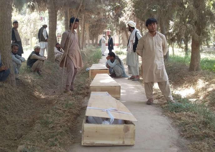 Des proches pleurent la mort de policiers, après l'attaque d'un poste militaire dans la province de Baghlan, le 15 août.